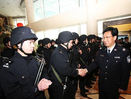 浙江世博安保总指挥、浙江省委常委、政法委书记、公安厅厅长王辉忠视察特警