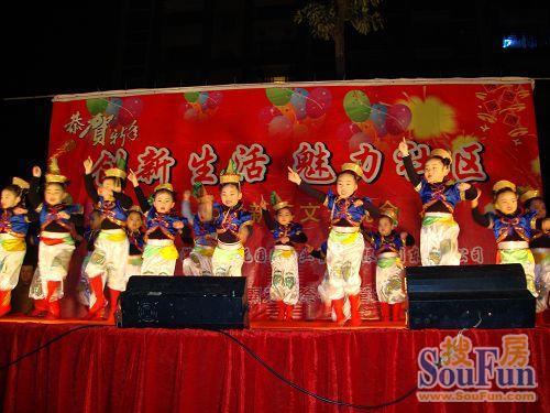 美丽湾幼儿园的小朋友表演《小马放飞》