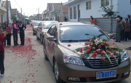 在山东青岛,烟台,济宁,临沂等地街头出现了漫长的豪华婚车队.